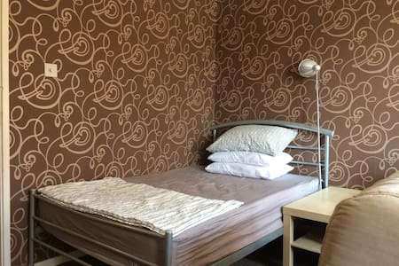 Double bed in neat shared room, fast wifi - Hus