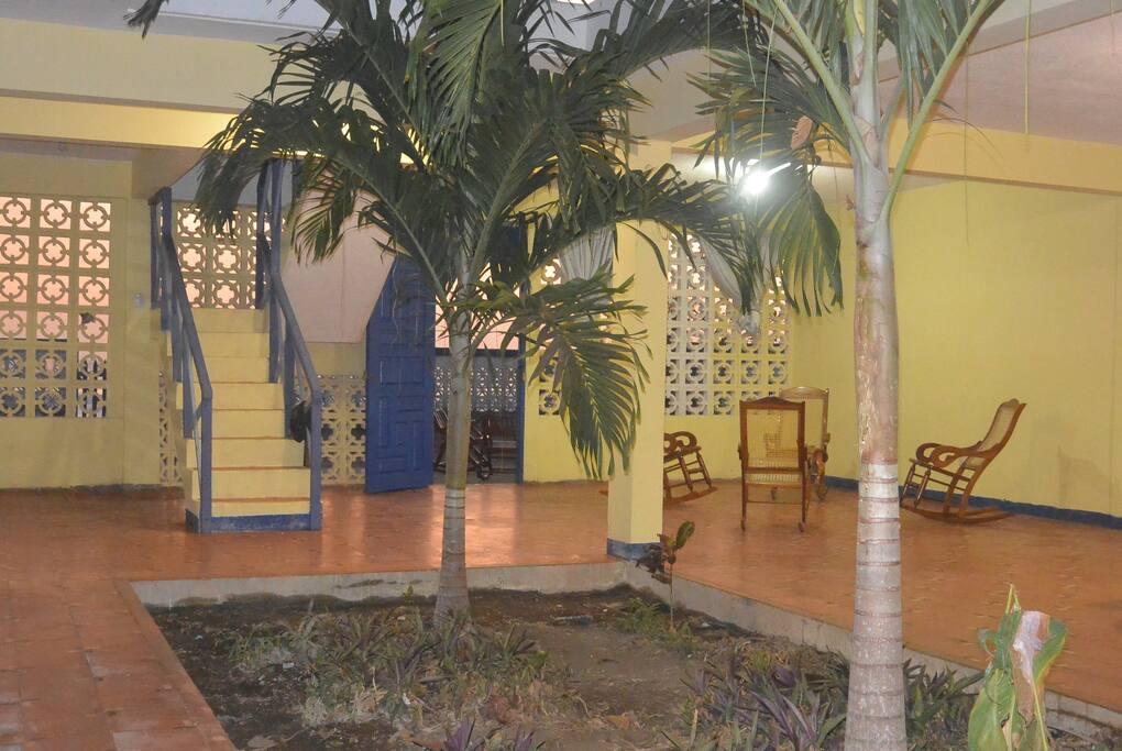 Sala con las típicas sillas mecedoras, cómodas y frescas.