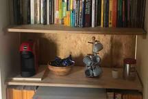 Kühlschrank und Espressomaschine auf dem Flur