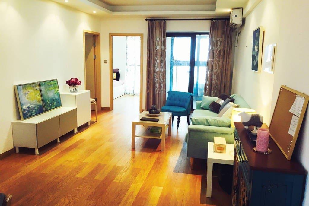 共享的客厅/餐厅区域,you would share the living room with lovely furniture.