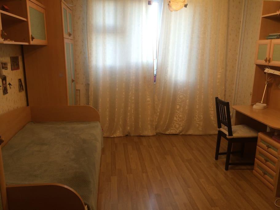 Уютная светлая комната с двумя кроватями , письменным столом и ТВ