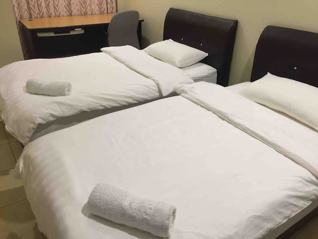 Twin Bedroom w Shared Bathroom Near Airport