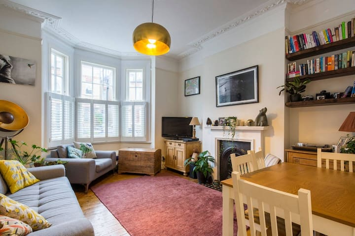 Double Bedroom available in Beautiful 2 Bed Flat