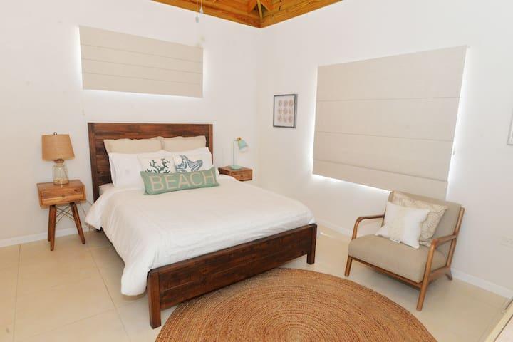 Upstairs bedroom (Queen bed)