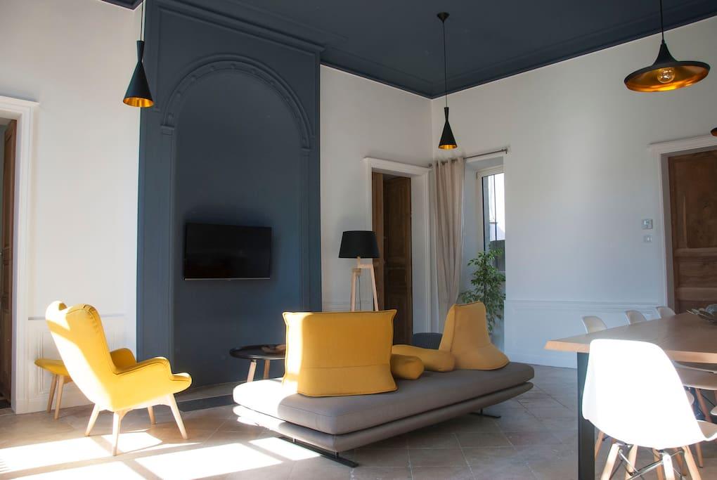 Cette pièce restaurée dans son volume d'origine, surprend au premier coup d'œil par son plafond gris cémentite et ses corniches à 4 mètres.