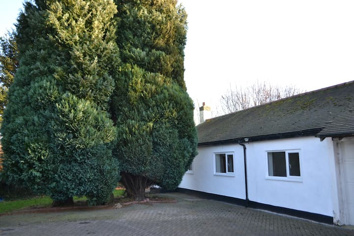 Lovely bungalow in Hale 5 mins from LPL Airport
