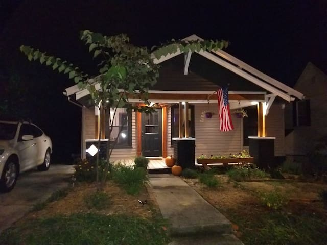 Warmwood Craftsman- renovated; 2 mi from Downtown!