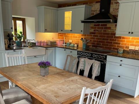 Luxury Barn, rural, cosy, w/burner, garden, Devon