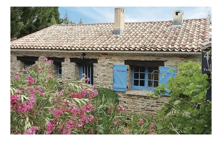 Stunning home in Lamalou les Bains with Outdoor swimming pool, Outdoor swimming pool and 3 Bedrooms