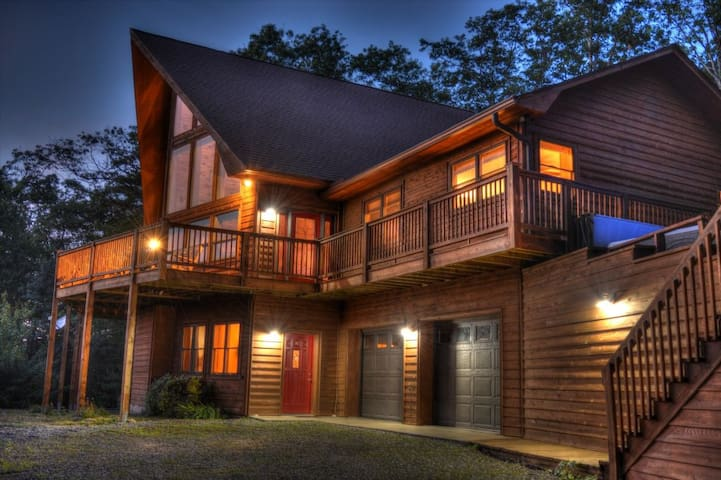 Piper's Peak-Secluded 3 BR, 3 BA cabin with Breathtaking Views, Fire Pit, Wi-Fi, AC, Pets Considered
