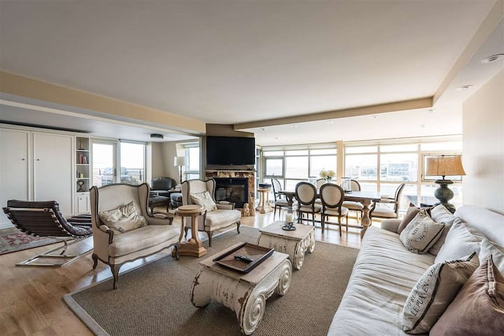 A Million Dollar Condo with Huge, Harbourview Deck