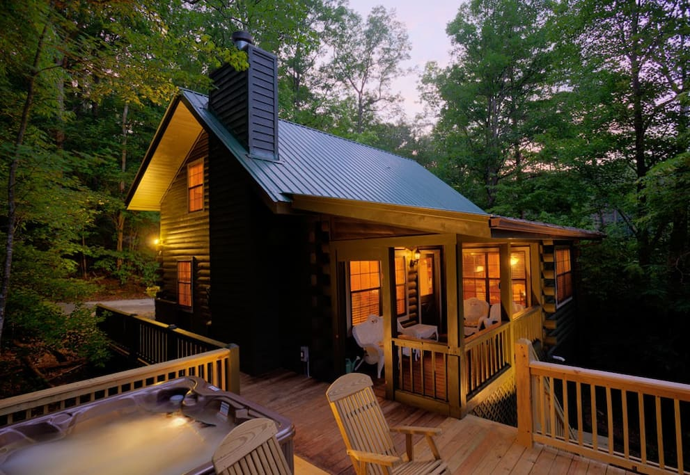 Cute and cozy right on the lake cabins for rent in blue for Large cabin rentals north georgia