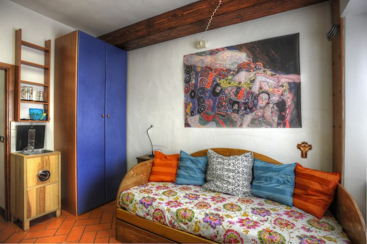 Independent single room  in Sesto F.no