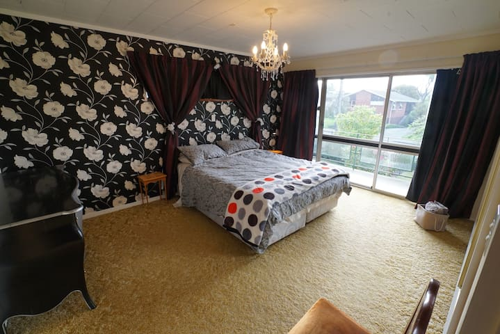 Very Large Private Room with Blackout Curtains - Timaru - Hus