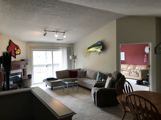 Comfortable 2nd Floor Vaulted Condo. Derby Welcome