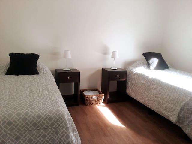 habitación con dos camas/sommier individuales