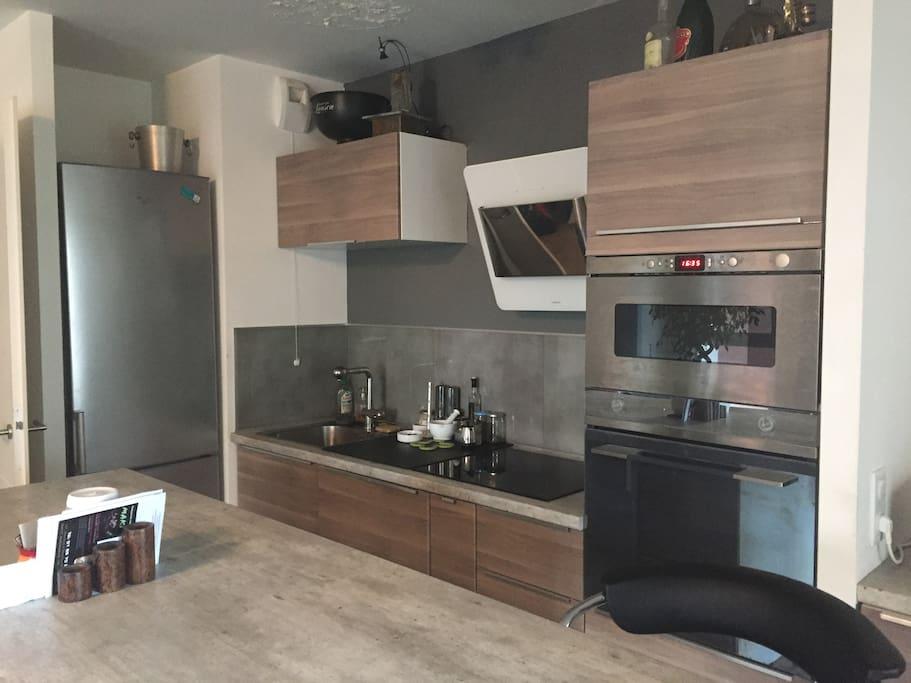 Cuisine équipée d un four, plaque induction, four micro onde, hotte, lave vaisselle, machine à Café, cave à vin.