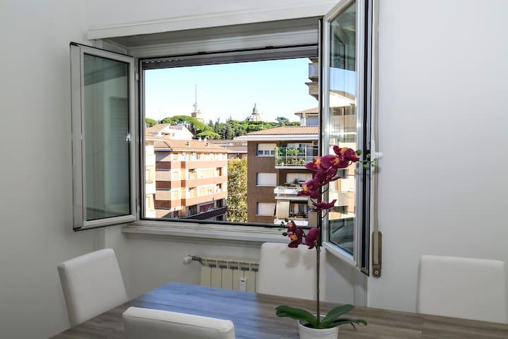 ALL NEW Luxury condo sleeps 6,Balcony,Fibra WIFI