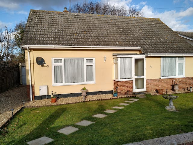 Clacton bungalow close to amenities and beach etc