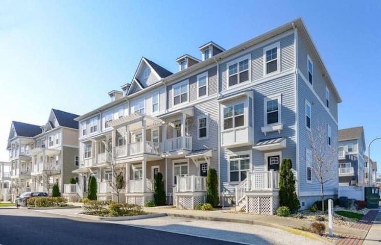 2020 Summer House II w/ POOL in Midtown