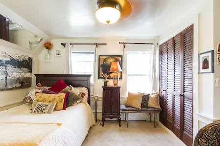 Lovely Studio Apartment in Ptown Gallery District