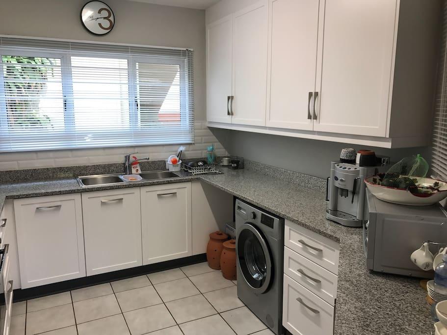 Full kitchen with washing machine, microwave, oven, stove & fridge