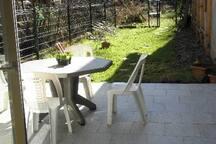 vue sur la terrasse d'été, au bord du ruisseau, et le jardin
