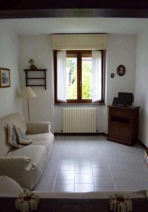 Soggiorno con divano letto - living room with bed-sofa