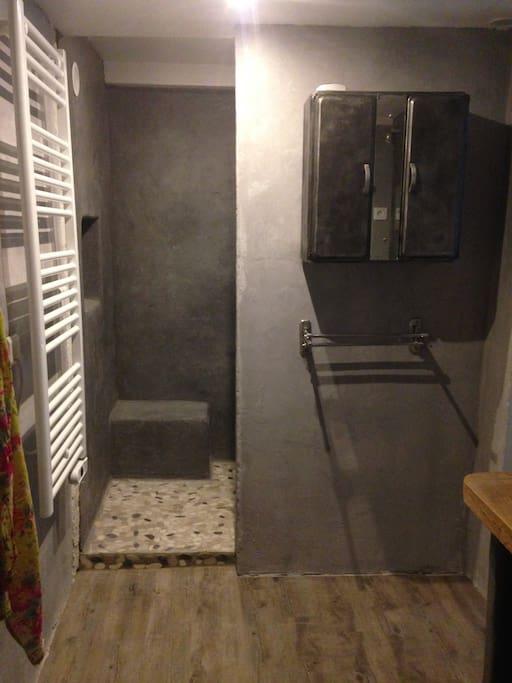 Une salle de douche attenante à la chambre du bas