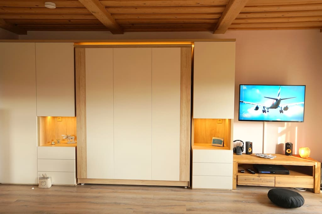 Schrankbett im Wohnzimmer / Heimkinoanlage