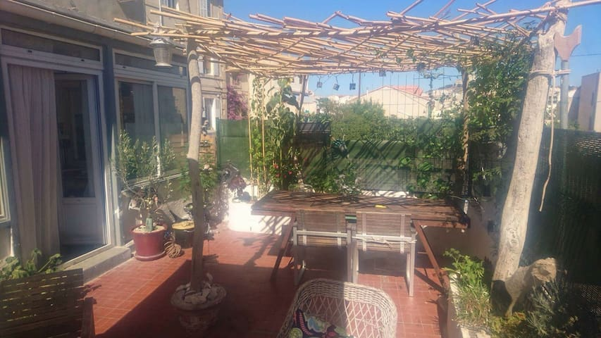 Grand T3 avec terrasse 5mn mer 7eme - Marselha - Apartamento
