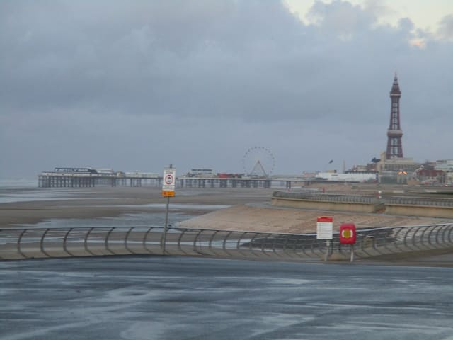 A 3 minute stroll to the beach... - Blackpool - Apartament
