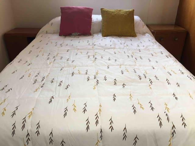 Dormitorio principal:  Cama de 2 plazas Edredón y sábanas de estreno  Veladores