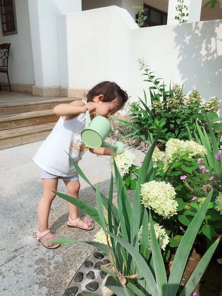 阿那亚有花园的海边家,步行两分钟到海边市集、五分钟到儿童农庄、艺术中心、单向书店,十分钟到海边礼堂。