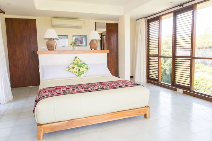E Room Lima: Queensize bed with private balcony
