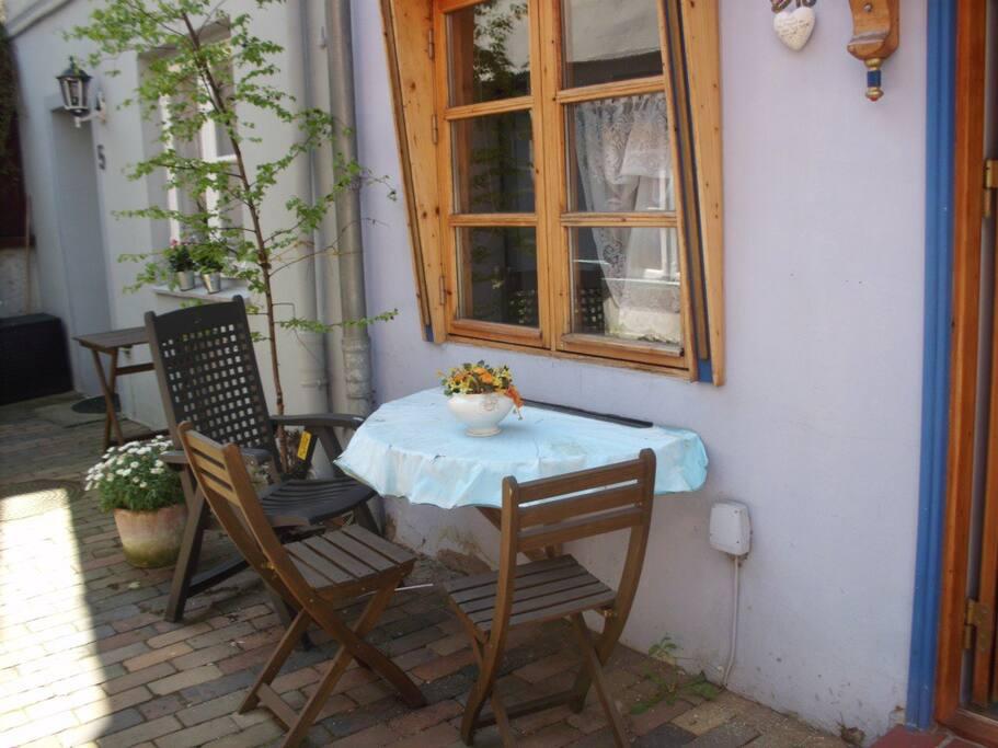 Tisch und Stühle vor dem Haus