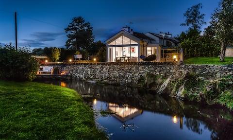 NEW - 5 Star - Luxury Riverside Retreat