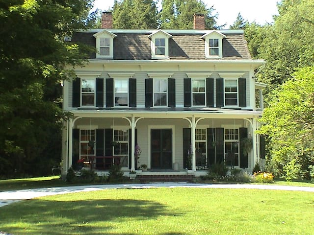 Sunny, Historic Victorian Farmhouse - Lenox - Haus