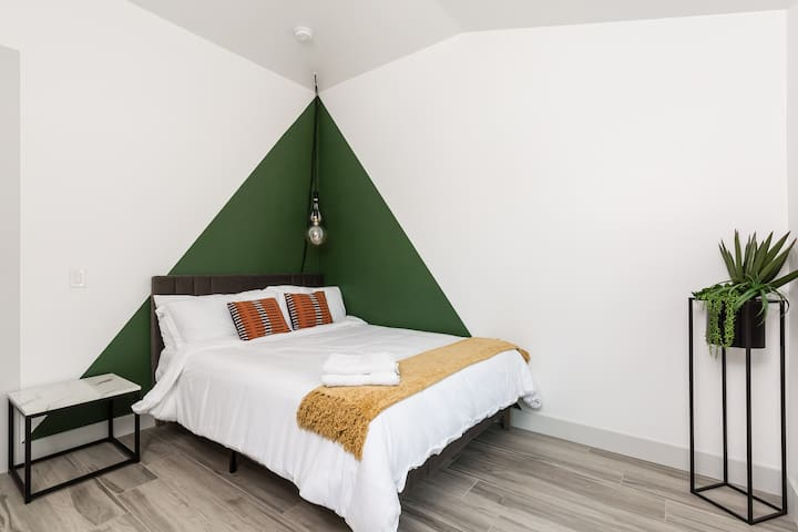 4th bedroom with queen size bed