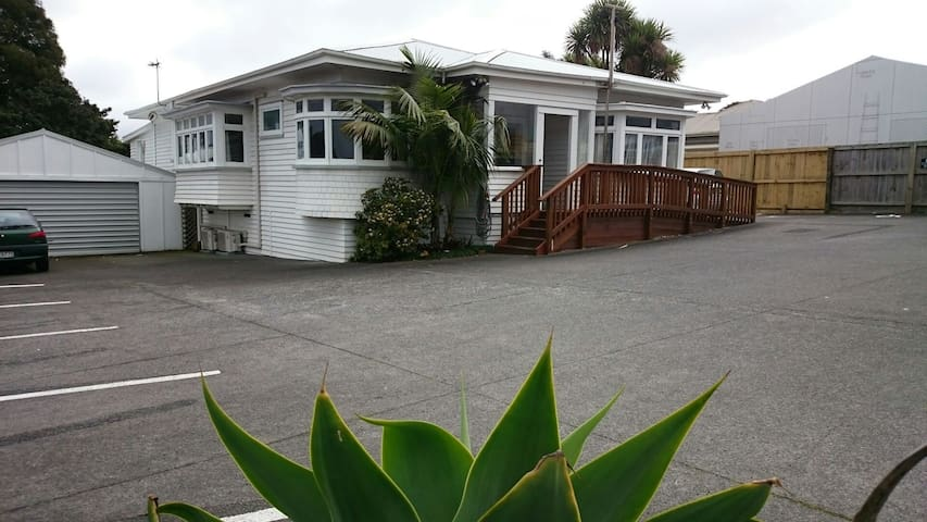 King single room with pets and gardens - Auckland - Bungalow