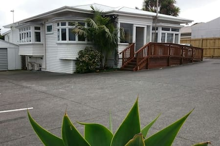 King single room with pets and gardens - Auckland