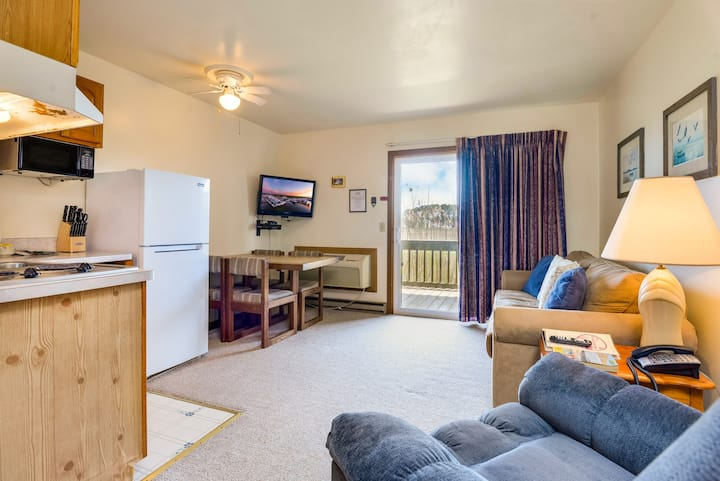Assateague Inn 106 is an adorable Studio that sleeps 4 with lovely water views and an Outdoor Pool.