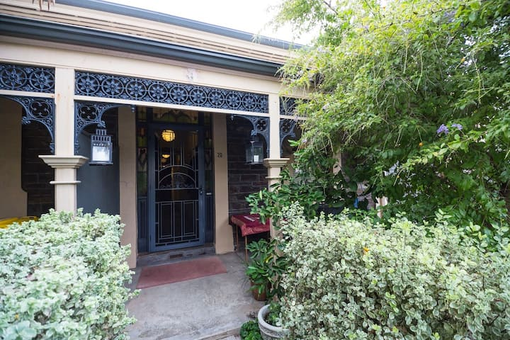 Meredith's-Charming 4 rooms+Hutt St.+parking+bikes