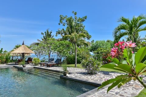 Beachfront Private Poolvilla, WiFi, Staff & Reef