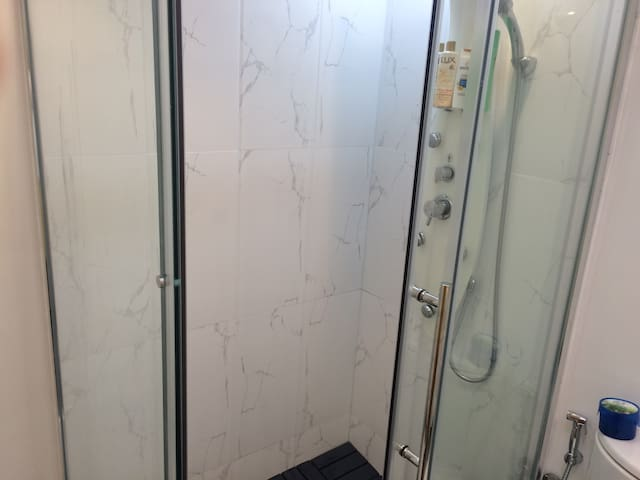 Shower cabinet with high pressure showers