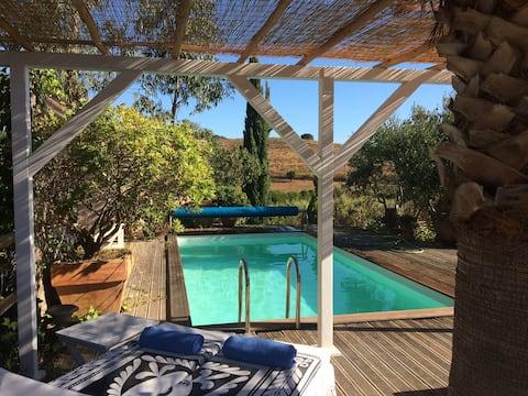 Et  landlig trehus på stylter, casa eukalyptus 1