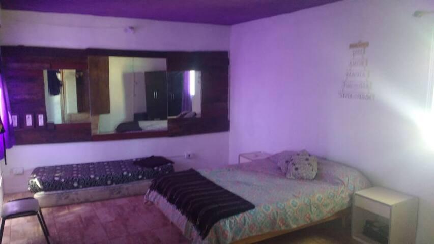 Amplio dormitorio con cama matrimonial y dos colchones de una plaza!