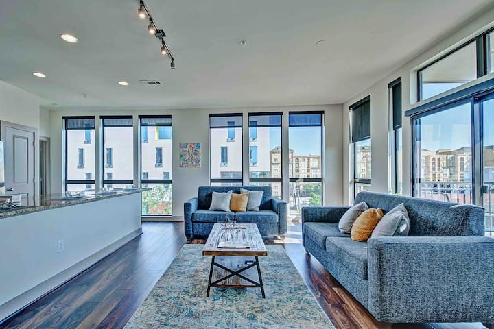RARE FIND Balcony City Views 2 BR Loft Midtown