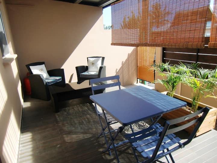T2 terrasse dans villa dix minutes plages