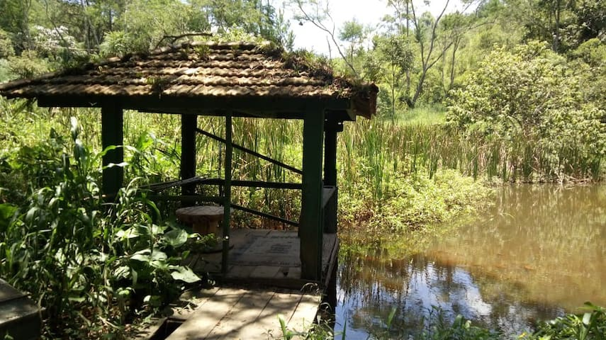 Quiosque para meditação, leituras, estudos com vista para o lago!